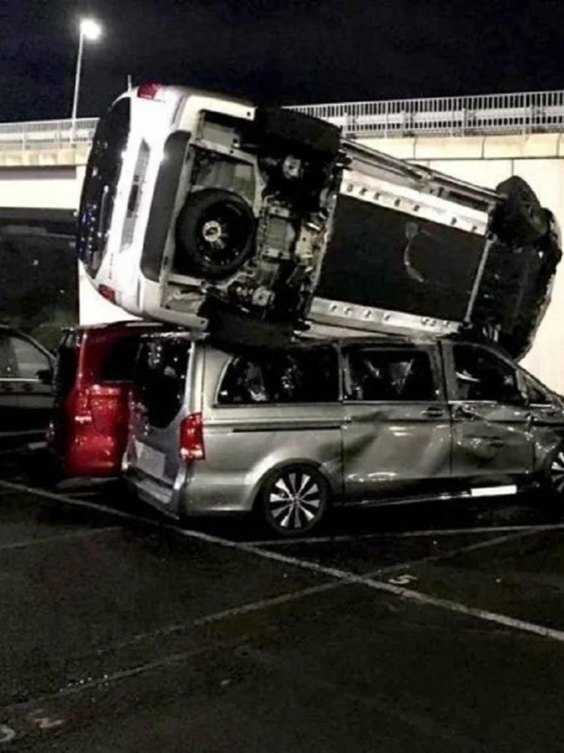 Com retroescavadeira, ex-funcionário destrói 50 vans em pátio da Mercedes